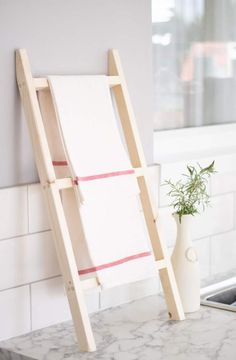 How to make an easy DIY countertop tea towel ladder. A great solution if you are renting and don't want to screw in to a wall or kitchen panel. Diy Ladder, Diy Blanket Ladder, Ladder Decor, Kitchen End Panels, Diy Kitchen Accessories, Wooden Trellis, Wood Drill Bits, Diy Countertops, Tea Towels
