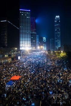 香港(Hong Kong)で行われた民主派デモ(2014年9月30日撮影)。(c)AFP/Philippe Lopez ▼1Oct2014AFP|国慶節迎えた香港、雨にも負けずデモ続く http://www.afpbb.com/articles/-/3027622