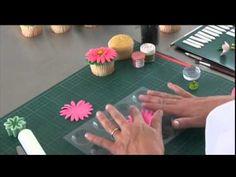 Flores de fondant Satin Ice para tus Cupcakes - YouTube                                                                                                                                                     Más