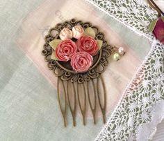 Peineta estilo vintage Camafeo de 40mm aprox. de diametro (tamaño exterior) La pieza mide en total 6cm de alto por 4 de ancho. Las rosas son de pape
