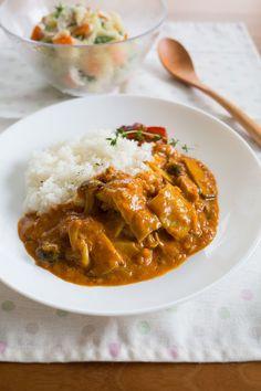 カフェ風!ヨーグルトココナッツチキンカレー by tomoko / ヨーグルトとココナッツミルクで作るカフェ風カレー。香味野菜をじっくり炒めるのがポイント!辛さもマイルドで子どもに食べやすいカレーです(^^) / Nadia Japanese Food, Thai Red Curry, Favorite Recipes, Meals, Cooking, Ethnic Recipes, Foods, Kitchen, Food Food