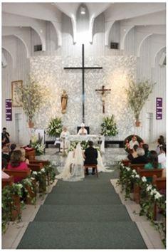 Hermosa decoración a base de lilis e hiedra en las bancas de la iglesia, en el altar se colocaron unos arreglos de una sola vista  a base de lilis, casablancas y alstroemerias combinadas con follajes.