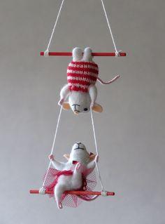 Souris acrobates en laine feutrée piquée. : Accessoires de maison par meli-melo-de-laine