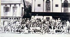 An 1898 photograph of the Vinchurkar Wada in Sadashiv Peth with Lokmanya Tilak among the seated people