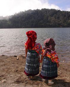 Niñas en la orilla de la laguna Chicabal