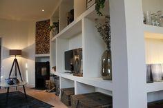 In Tilburg is Thomas bezig met een bijzondere woonkamer. De kamer is driehoekig, wat lastig is met inrichten. Thomas maakt een open wandkast met vakken, die de ruimte gezellig én praktisch maakt.