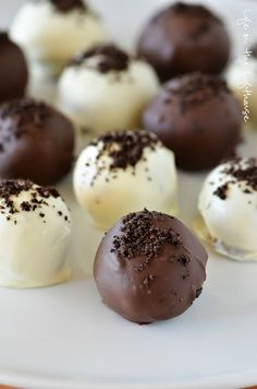 Only 3 ingredients and so delicious! – Holly {Life in the Lofthouse} Oreo Truffles! Only 3 ingredients and so delicious! Only 3 ingredients and so delicious! Candy Recipes, Sweet Recipes, Holiday Recipes, Cookie Recipes, Dessert Recipes, Fudge Recipes, Brunch Recipes, Oreo Truffles Recipe, Truffle Recipe