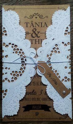 Convite de casamento confeccionado em papel Kraft e renda Doily.  Estilo rústico…