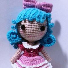 Pequeña muñeca de ganchillo libre amigurumi patrón