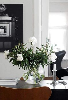 A simple table arrangement can certainly make a stand, which is why we have decided this time for fl Table Arrangements, Floral Arrangements, Flower Arrangement, Room Inspiration, Interior Inspiration, Glass Dining Room Table, Dining Rooms, Interior Styling, Interior Design