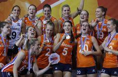 """Zondag 1 oktober 2017. Nederlandse volleybalsters winnen zilver tijdens EK. De Nederlandse volleybalsters stonden na afloop trots op het podium met hun zilveren medailles, maar toch overheerste de teleurstelling over de verloren EK-finale tegen Servië. ,,We kunnen over vijftig jaar een oud-zilverzaak beginnen,"""""""