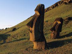 Ilha de Páscoa  O principal símbolo da ilha são os Moais, gigantescas estátuas de pedra vulcânica, o último legado de um povo que desapareceu.