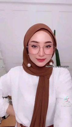 Hijab Dress Party, Hijab Style Dress, Casual Hijab Outfit, Pashmina Hijab Tutorial, Hijab Style Tutorial, Ways To Wear A Scarf, How To Wear Scarves, Modern Hijab Fashion, Muslim Fashion