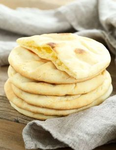 This soft and tender gluten free pita bread is also yeast free, so there's no rising time. Store-bought gluten free flatbreads simply can't compare! This recipe is great for healthy lunch sandwiches, on the go meals, or a snack of homemade pita chips Pain Pita Sans Gluten, Gluten Free Pita Bread, Pains Sans Gluten, Gluten Free Flatbread, Flatbread Recipes, Keto Bread, Gluten Free Tortillas, Gluten Free Pita Chips Recipe, Gluten Free Vegan