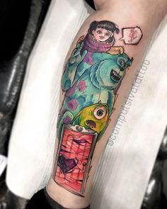 Artista: @compulsivatattoo - São Paulo. Gatinho? Monstros S.A A galeria da @compulsivatattoo é um presente para os olhos de quem ama tatuagens coloridas e personagens inesquecíveis. Vem ver: @compulsivatattoo Contato por whatsapp: 11 96785-1569 Cute Hand Tattoos, Nerdy Tattoos, Cartoon Tattoos, Funny Tattoos, Great Tattoos, Body Art Tattoos, Tattoo On, Disney Sleeve Tattoos, Disney Tattoos
