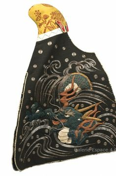 Daimyo's wife headdress used during fires. The yellow wool hat is ornated with a flowered branches pattern, of European inspiration, perhaps from the Netherlands. The shi- koro is embroidered in relief with a dragon coming from foaming waves. Samurai Clothing, Fire Costume, Kimono Japan, Art Japonais, Japanese Aesthetic, Power Dressing, Japanese Textiles, Museum Collection, Animal Design