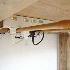 テーブルの下に突っ張り棒を渡して、タップを引っかけています。二本の突っ張り棒の間にコンセントを挿すようにしているので、落下してしまうことはありません。テーブルを充電ステーションにしたいときに便利なアイデアです。