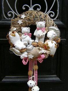 �аг��зка... Читайте також також Свіжі ідеї різдвяних віночків Різдвяні віночки з фетру (+викрійки) 60 ідей прикрашення дитячої кімнати до Різдва Бюджетні прикраси для ялинки з … Read More Christmas Decoration Items, Christmas Advent Wreath, Outside Christmas Decorations, Christmas Gift Baskets, Holiday Wreaths, Christmas Home, Handmade Christmas, Christmas Crafts, Christmas Inspiration
