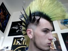 Side spikes with mohawk Goth Hair, Grunge Hair, Punk Hair Color, Epic Hair, Crust Punk, Punk Looks, Skin Head, Mohawk Hairstyles, Punk Goth