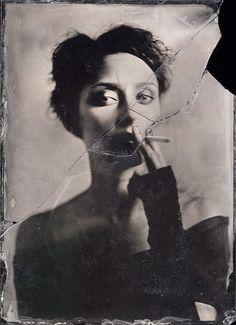 Smoking Alice de Maciek Leśniak sur Art Limited