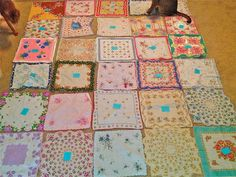 This is my first tutorial and my first multi-size handkerchief rag quilt. I usually collect hankies until I have enough of the same size. Bandana Quilt, Vintage Sheets, Vintage Quilts, Vintage Linen, Vintage Textiles, Vintage Style, Quilting Projects, Sewing Projects, Quilting Ideas