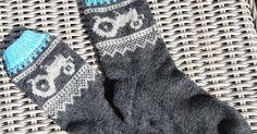 Marius inspirerte traktor sokker er nettopp dette. Jeg har tatt noen border fra mariusmønsteret og tegnet et traktor diagram som nok kan... Knitting Charts, Knitting Socks, Yin Yang, Diy And Crafts, Fashion, Boss, Tractor, Knit Socks, Moda