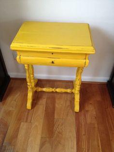 Costurero antiguo, pintado de amarillo. Old yellow sewbox.