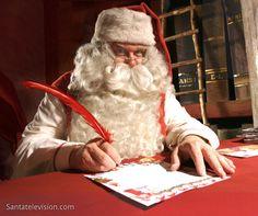 Санта Клаус, пишущий письмо в его офисе в Рованиеми