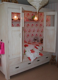 """Bedstee   In some old Dutch houses and farms you may find something called a """"bedstede"""" or """"bedstee"""". A  """"bedstee"""" is a more or less a compartment where you can sleep, integrated in the wall, in the form of a cupboard, closeable with doors or curtains for privacy. """"Bedstedes"""" were used a lot up until the 19th century, particularly in farms in the countryside."""