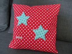 Coussin rouge, petites étoiles blanche, appliqué grandes étoiles turquoises : Linge de lit enfants par tilouelle