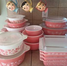 Vintage Kitchen I love pink Pyrex More - Vintage Kitchenware, Vintage Dishes, Vintage Glassware, Kitsch, Pyrex Display, Pink Pyrex, Pink Dishes, Pyrex Bowls, Halloween Displays