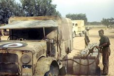 RAF Bedford MWD filling up in the Western Desert. Pin by stinky old poop stain Bedford Truck, North African Campaign, British Armed Forces, Afrika Korps, Military Modelling, Ww2 Planes, Military Diorama, Royal Air Force, Armored Vehicles