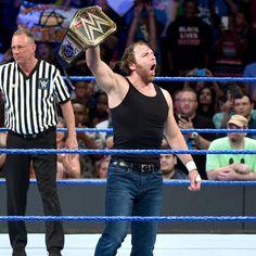 Der amtierende WWE World Champion Dean Ambrose betritt den Ring.
