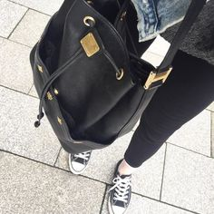 Der schwarze Lederbeutel von MCM wartet online auf euch Link im Profil #mcm #glueckundglanz #louisvuitton