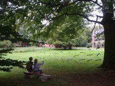 Bart Ensing - Dwarrelende takken. Een installatie gemaakt tijdens Kunst in Duin 2014 in de tuinen van Kasteel Keukenhof. De rust die van de installatie uitgaat valt eigenlijk alleen te ervaren door rustig op het bankje plaats te nemen.