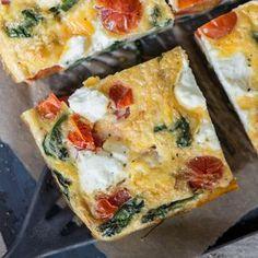 Das italienische Omelette mit cremigem Ricotta, Kirschtomaten und zartem Spinat ist das perfekte Low-Carb-Dinner für alle, die es schnell und lecker mögen.
