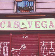 La mítica #tienda madrileña Casa Vega utiliza como recurso creativo el juego del #scrabble para crear su cartel.  #creatividad #Madrid #diseño #design #comercio #visualmerchandising #retail #cartel