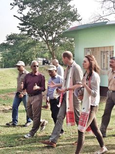 Kate Middleton et le prince William, duchesse et duc de Cambridge, ont fait un safari dans le parc Kazirangza dans l'Etat d'Assam, le 13 avril 2016, et ont rencontré des rangers pour évoquer la lutte contre le braconnage, au quatrième jour de leur tournée officielle en Inde. Les trente dernières minutes du safari se sont déroulées sans les médias et Catherine a pu s'adonner à sa passion pour la photographie. Blouse : RM Williams Pantalon : Zara Foulard : Flora Garments Chaussures : Sebago