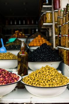 Italian market, many varieties & styles of Italian olives & extra virgin olive oils Turkish Recipes, Greek Recipes, Italian Recipes, Antipasto, Bodega Bar, Italian Olives, Greek Olives, Italian Market, Foto Blog