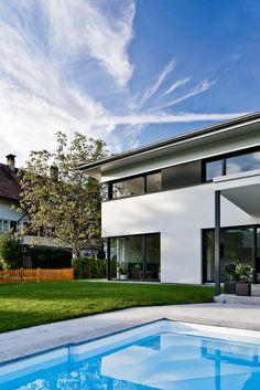 Einfamilienhaus# Satteins# Massivbau# Pool# modernes Einfamlienhaus# design Haus# mit pool# Wohndesign Architecture, House Styles, Outdoor Decor, Home Decor, Home, Houses With Pools, Hip Roof, Modern Architecture, Detached House