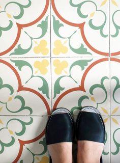 suelos con encanto.   azulejo hidráulico de Vives Azulejos y Gres   Gaudí 20x20 cm de la serie 1900