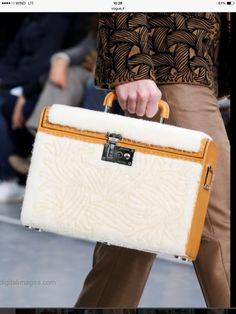 Несколько от моих любимых аксессуаров последней коллекции Louis Vuitton. Брошка это просто супер стильно www.personalshoppermilan.com