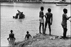 Abbas   CAMARÕES. Yaounde. Crianças em margens de um pequeno lago. 1970.