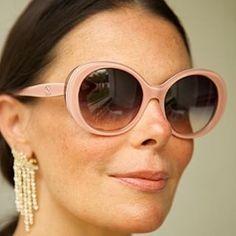 """Dica de make ! Adoro combinar batom com o óculos! Usei um pré batom , que uso sempre, hidrata e fixa melhor , depois um batom da cor do óculos! Quase nada de corretivo e um blush rosado. Tipo Audrey Hepburn, ela dizia : """" vejo o mundo através de lentes cor de rosa!"""" 💓💕💓💕👛👑👙🌸🍥🎀🛍 #beleza #belezanatural #makeup #naturalmakeup #pink #batom #rosa #beauty #oculos #chanel #chanelglasses #chanellover #audreyhepburn #bonequinhadeluxo #sardas #freckles"""