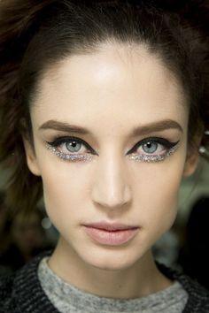 maquiagem para o carnaval. maquiagem com delineador duplo. delineador de glitter. maquiagem com delineador marcado. delineador abaixo do olho.