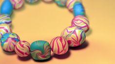Ausgefallenes Armband bestehend aus 15 handgefertigten Perlen aus Polymer Clay.    Polymer Clay ist eine ofenhärtende Modelliermasse, die es in versch