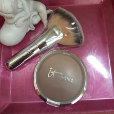 It Cosmetics CC+ Radiance Ombrè Bronzer Not your typical bronzer, CC+ Radiance Ombre Bronzer is a Color Correcting + Anti-Aging Bronzing Veil. Used several times, sanitized before listing here. Makeup Bronzer
