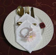 Pri tejto kapsičke krásne vynikne krajkový alebo jemne nariasený lem, ktorý sa objaví v troch radách... Napkin Rings, Napkins, Tableware, Decor, Dinnerware, Decoration, Towels, Dinner Napkins, Tablewares