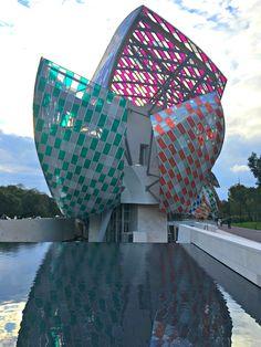 A Fundação Louis Vuitton em Paris teve seu projeto arquitetônico desenvolvido por Frank Gehry que se inspirou nas luzes dos vidros do final do século 19 e na arquitetura de jardim. O resultado contempla painéis curvados de vidro que formam doze velas no total, como as de barcos, criando uma estética realmente inovadora e uma certa perspectiva de movimento. #louisvuittonfondation #paris #france #culture #arte #cultura #frankgehry #travel #viagem