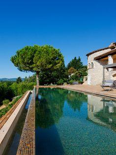 Le débordement par l'esprit piscine 4 x 20 m Revêtement mosaïque ''marron glacé'' Escalier plage Plage en bois